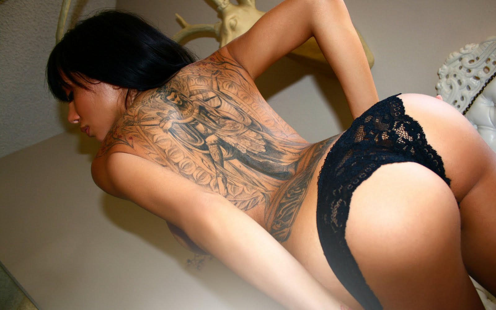 Wongseng hd wallpapers wallpaper sexy ass hot back tattoo for Hot female back tattoos
