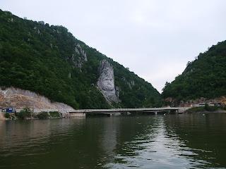 Turism in Romania portretul lui Decebal pe Dunarea