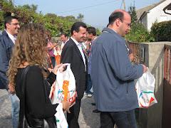 João Cepa e Mário Fernandes no porta-a-porta na Rua de Vilar