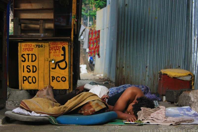 People sleeping on the footpath and road in Mumbai by Kunal Bhatia