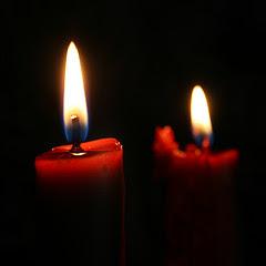 dos velas rojas encendidas, un toque perfecto para cambiar la atmósfera