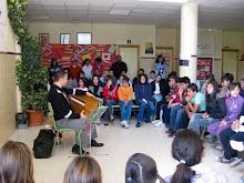 Concierto didáctico en un instituto de Fuentevaqueros por iniciativa de su profesora de Música.