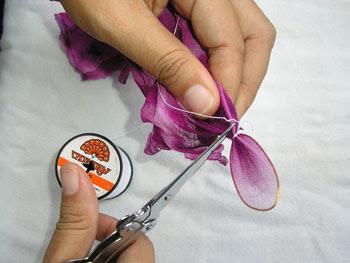 วิธีการประดิษฐ์แมลงปอจากผ้าใยบัว ขั้นตอนที่5และ6