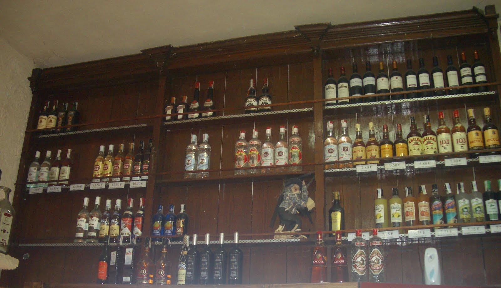 Vivir bien en almeria bodega el patio almer a - Estanterias para bares ...