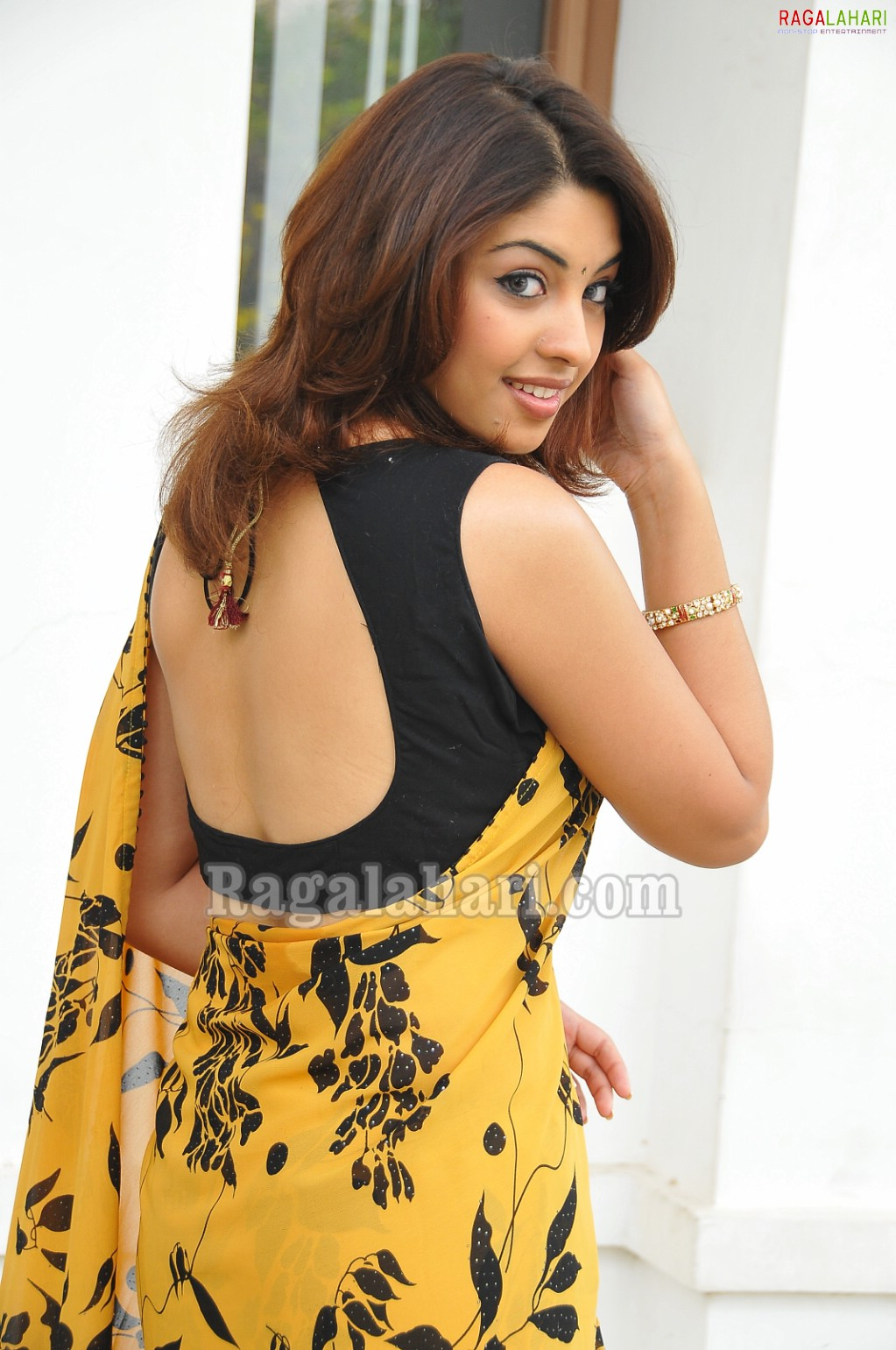 Richa Gangopadhyay Hot saree stills