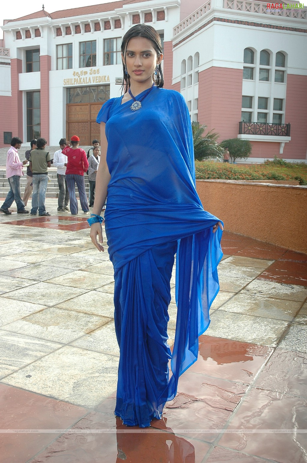 bollywood entertainment gowri pandit boobs show in wet blue saree