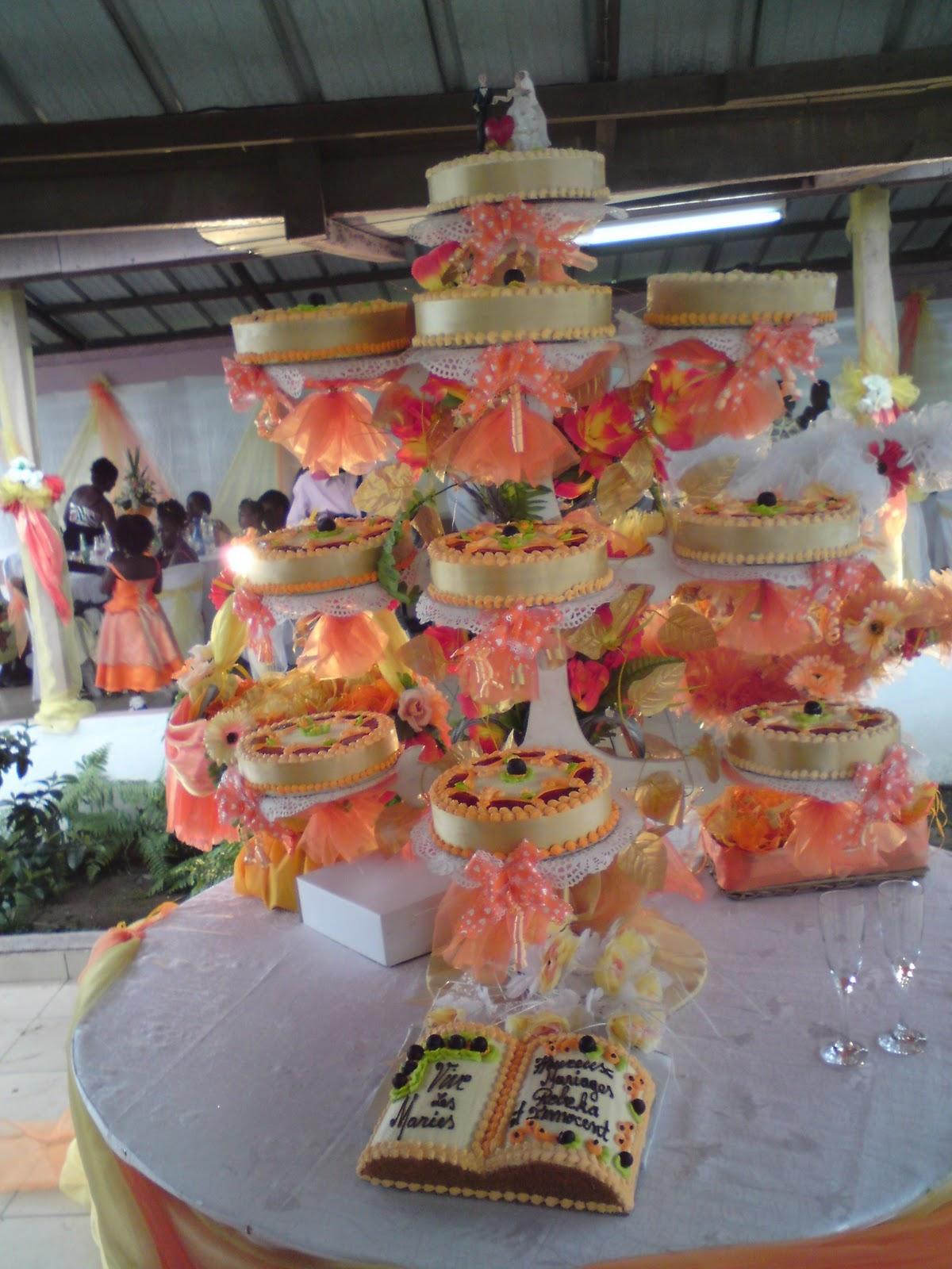... un présentoir de 10 gâteau plus un gâteau en forme de bible