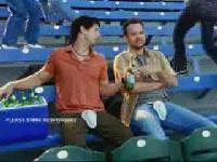 看棒球時千萬記得要保護好下面喔