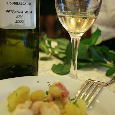 Caracatica cu cartofi natur si Feteasca Alba 2009 de la Budureasca