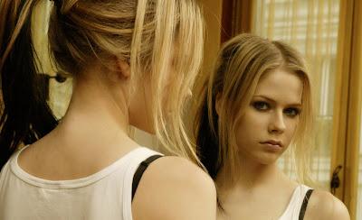Avril Lavigne en la galería 'Actrices frente al espejo' de elhombreperplejo.com