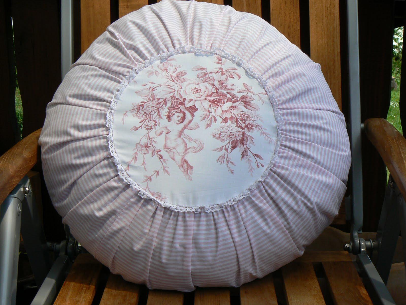 blauraute rundes kissen blick vom balkon und neue stoffe. Black Bedroom Furniture Sets. Home Design Ideas