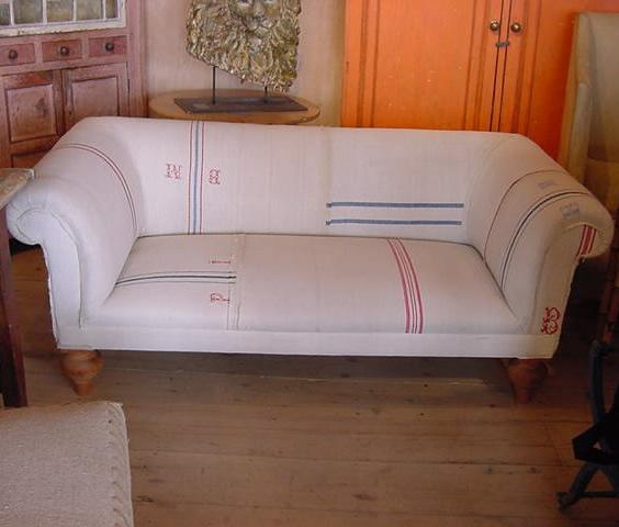 http://2.bp.blogspot.com/_YNAAE2xH_Ro/S7StjktBGEI/AAAAAAAABPc/AgUABcUV6jE/s1600/antiquated+grain+sack+sofa.jpg