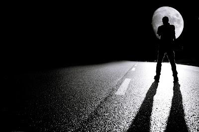 Сидевший на трассе мужчина погиб под колесами иномарки