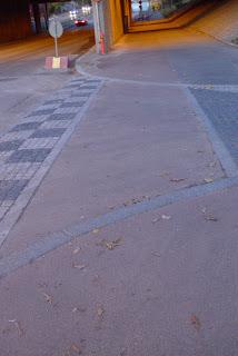 reunakivi asfaltin päälle