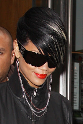 earrings+necklace Rihanna: Serial clubbeuse, shoppeuse et vacanceuse (heuu ca ne se dit pas je crois...)