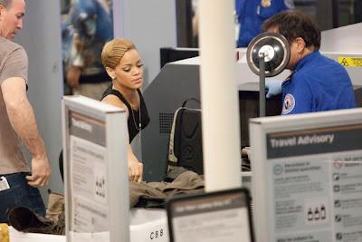 Rihanna%2Bs%2Bsecurity%2Bpat%2Bdown%2BwvDa9D4i722l Fashion No No: Rihanna à l'aéroport
