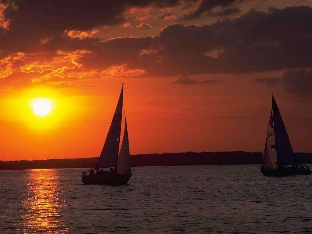 ♦ خلـــــــــــ للغروب ـــفيات ♦ sunset_by_sailboats.jpg