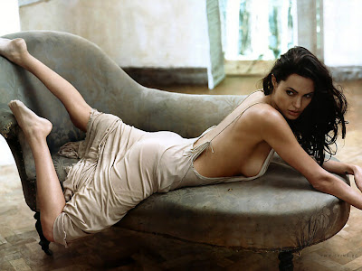 Angelina Jolie Wallpaper 1024 768 - Posing On A Couch