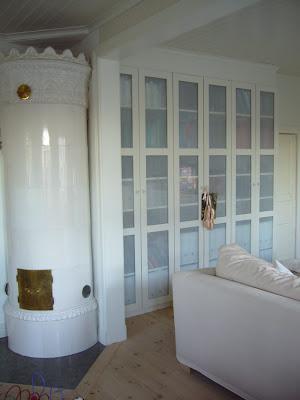 Bokhylla med dörrar