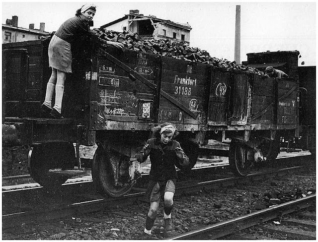 German girls flee from Russian soldiers