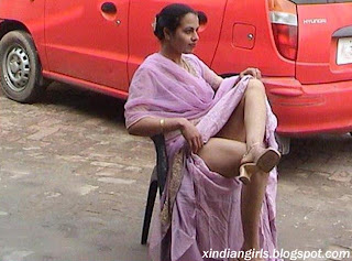 Aunty Lifting Her Saree Up - xxx Mobile Porno Videos