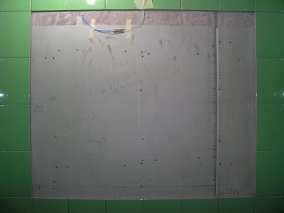Ниша для зеркала на стене в ванной комнате