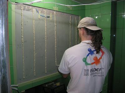 Наносим клей для приклеивания зеркала прямо на стену