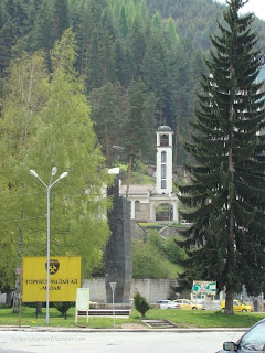 Църквата Св. Георги в центъра на Мадан и паметник