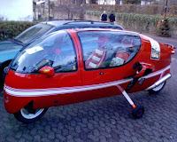 Zwitter aus Segelflugzeug-Cockpit und Motorrad