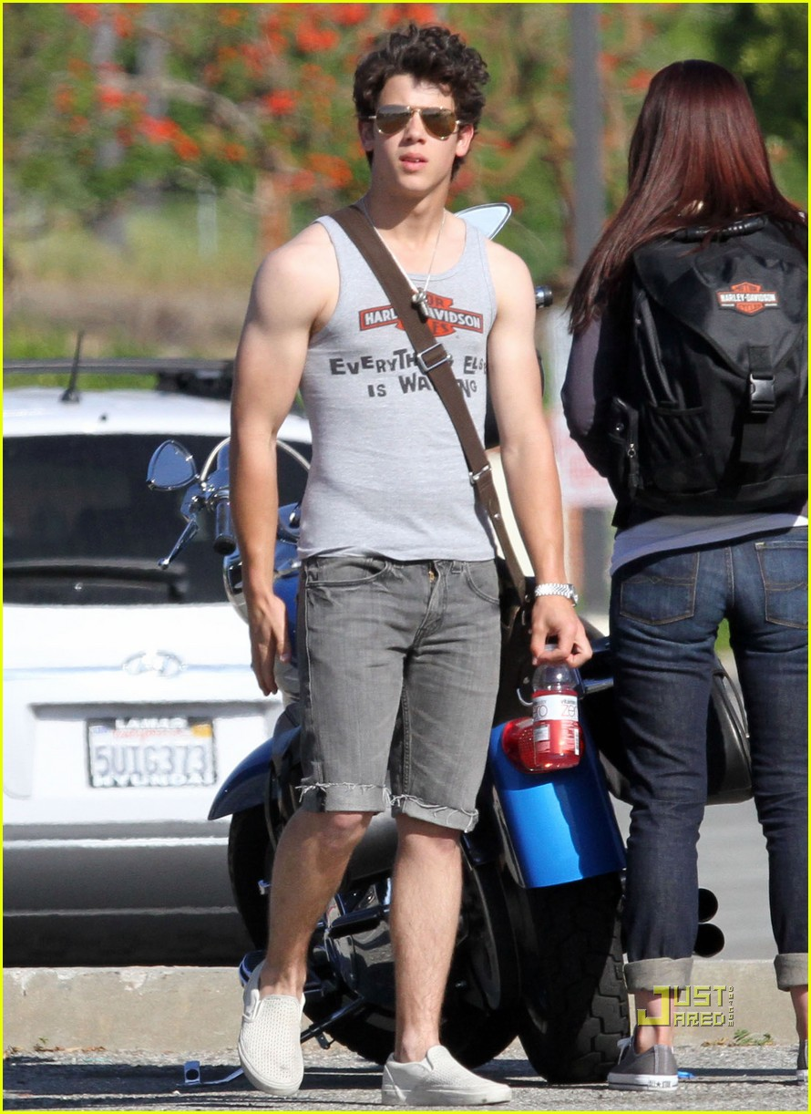 hot so here s a hot pic of nick jonas of the jonas brothers flaunting    Nick Jonas Biceps 2013