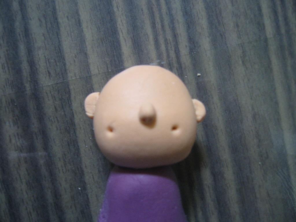 Tusukkan satu batang lidi ke ujung runcing badan boneka(gambar di atas ...