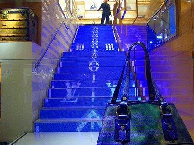A louis Vuitton sabe como divulgar a sua marca atravéz de lojas majestosas.