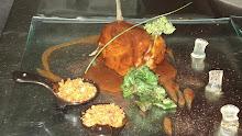 Lomo de cordero glaseado en su propio jugo, migas de astor y gelatina de moscatel con guanolas