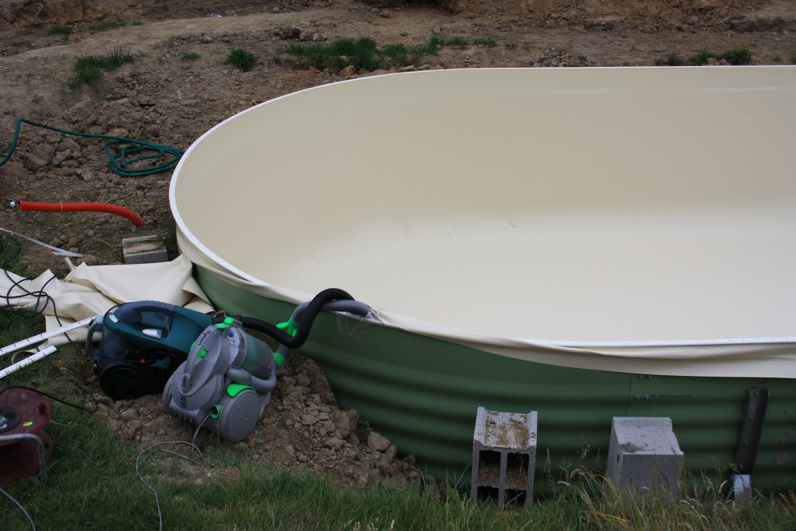 Waterair madeleine 8 isoplan pose du feutre et montage for Aspirateur pour pose liner piscine