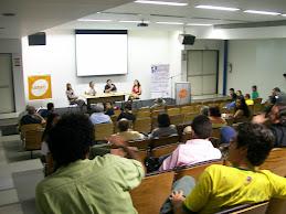 Os participantes questionam e fazem colocações sobre o tema