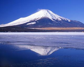 Vista del monte Fuji y su reflejo sobre uno de los lagos cercanos
