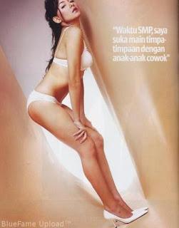 Dewi Rezer sexy pose