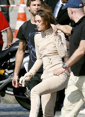 Keira Knightley calareste o motocicleta