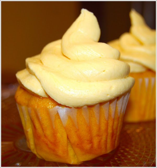 Vegan Mango Cupcakes with Mango Buttercream Frosting - holycowvegan.net