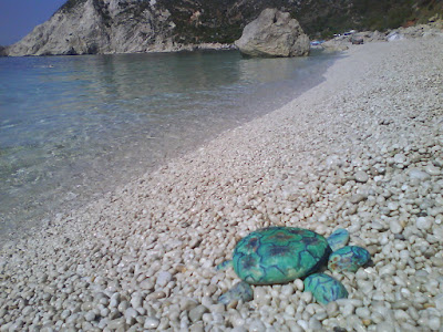 tortuga con piedras pintadas. turtle with painted stones