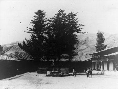El patio y la fuente de agua de la casa hacienda - año 1960
