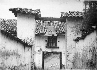 Campanario del corredor que comunicaba la casa hacienda con la iglesia de Angasmarca.1960