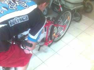 Механик с велосипедом