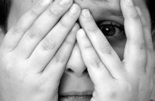 Medo. Tampando os olhos com as mãos e deixando beira para espiar.