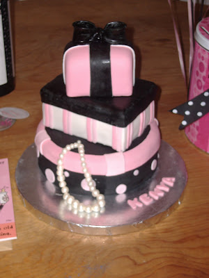 birthday cake pink and black. Yes, that is my irthday cake!
