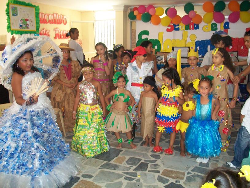 Vestidos elaborados con material reciclable para niñas - Imagui