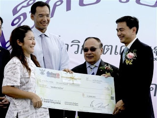 Thai PM hands over 2,000 Baht cheque
