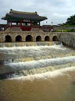 화홍문 (Hwahongmun) at 화성 (Hwaseong fortress)