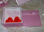 Caixa Poá rosa com sabonete e toalha bordada