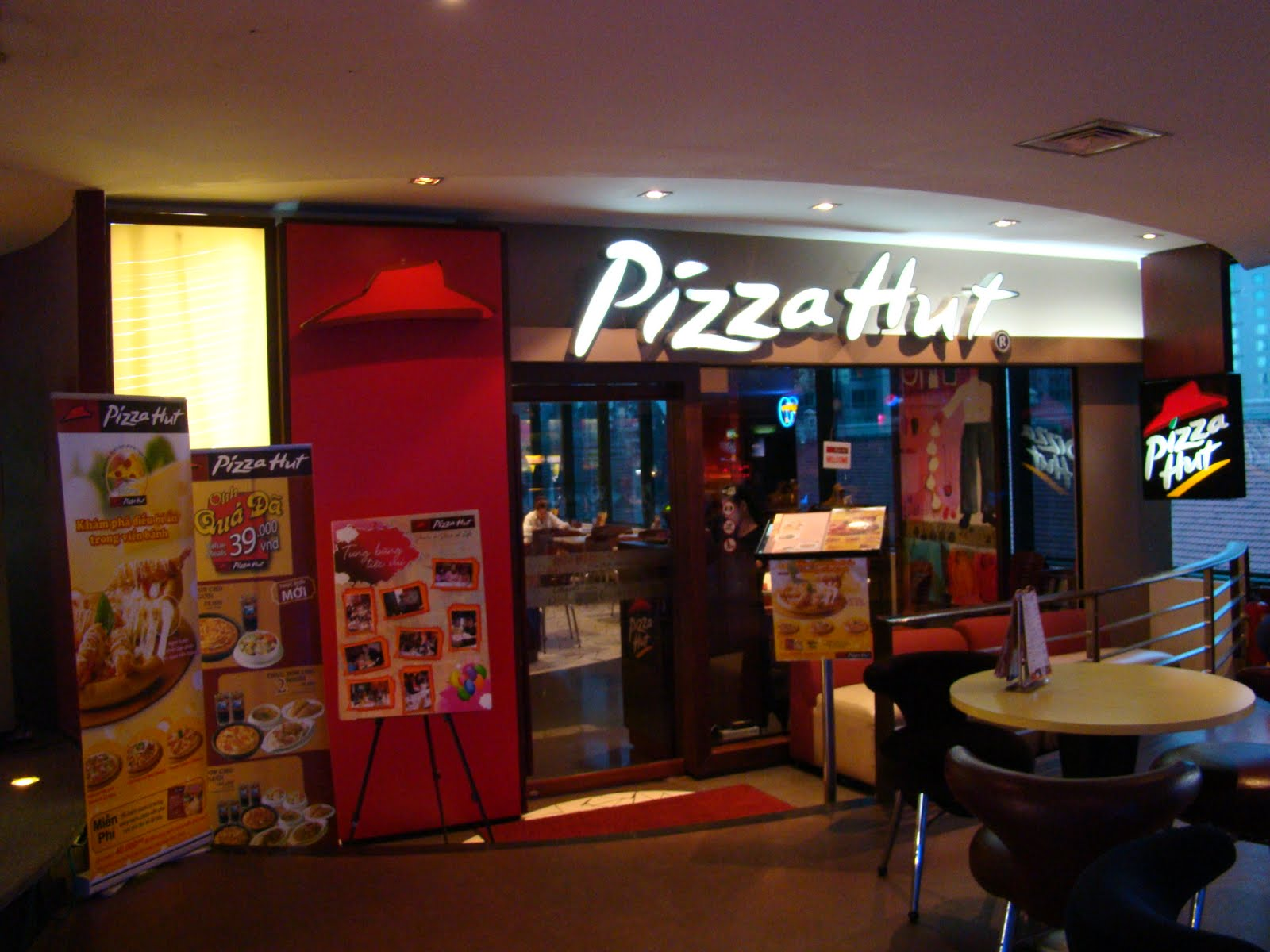 pizza hut four p s marketing mix strategy More about pizza hut marketing strategy the history of pizza hut and existing marketing mix of this company 4781 words | 20 pages pizza hut promotional strategies.